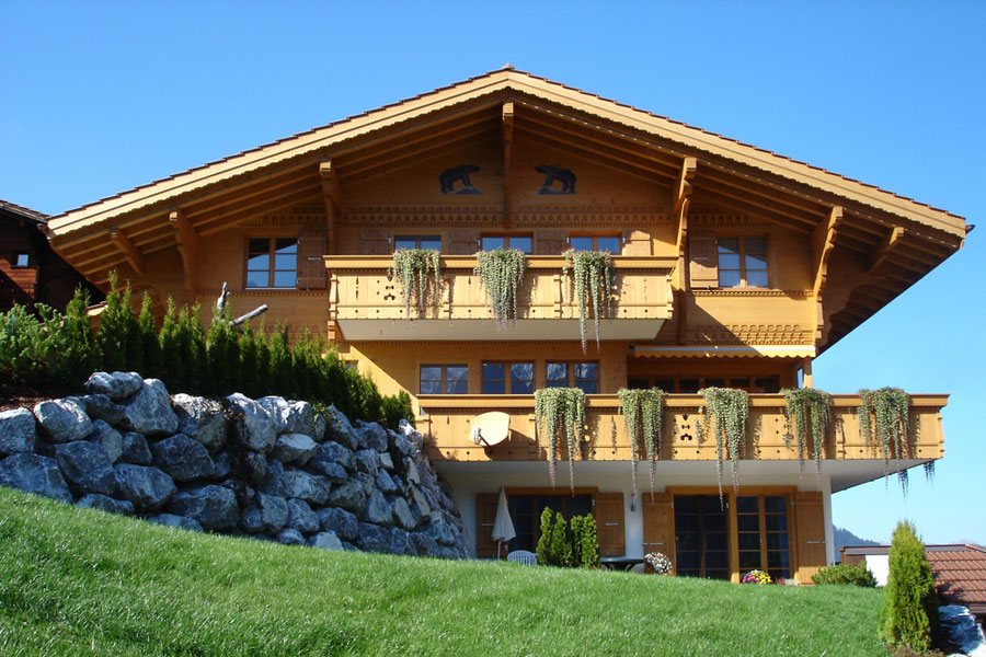Traditionelle Fassade im Chaletstil.